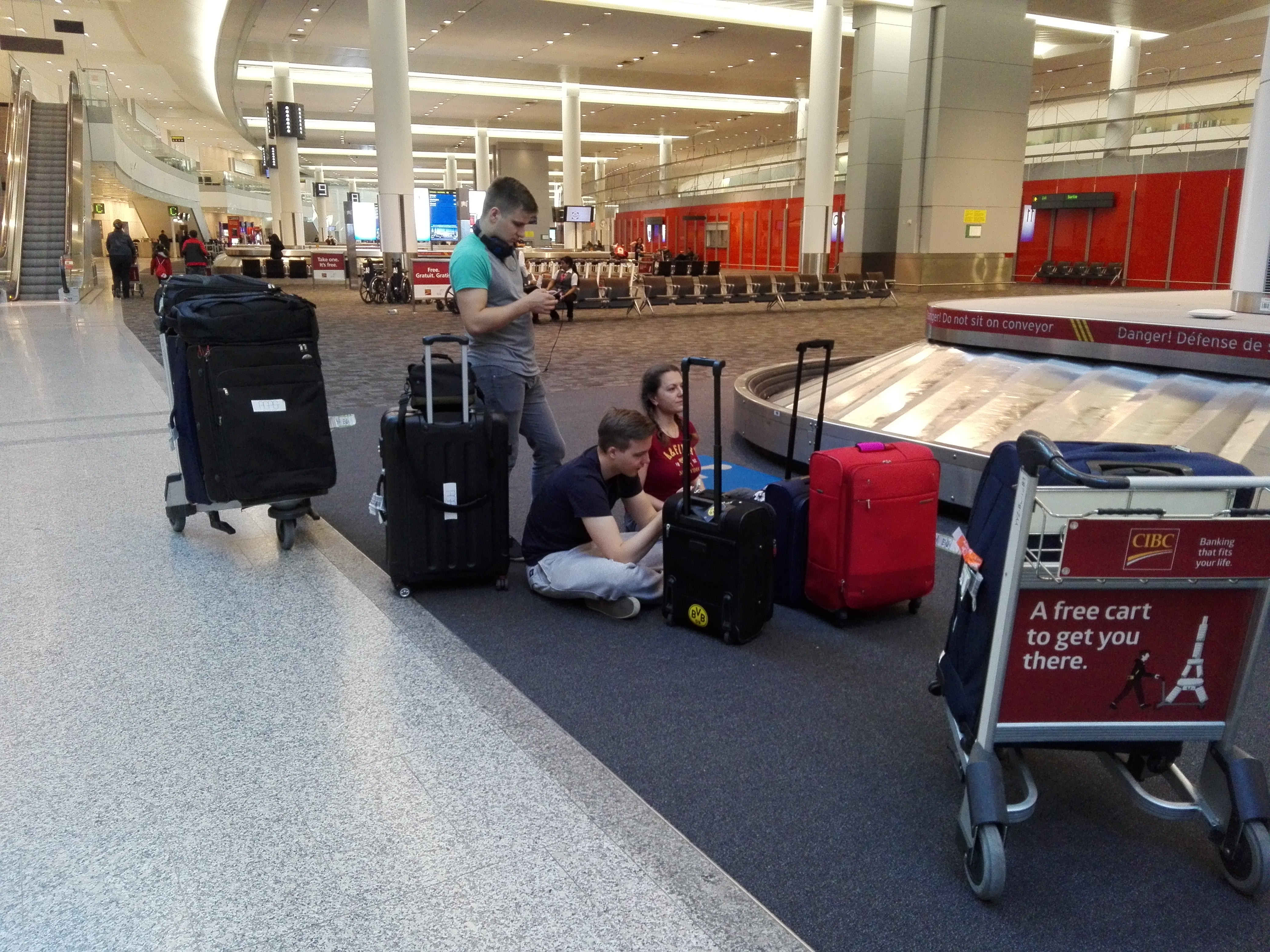 Yet the team is waiting for the last suitcase... but it will not arrive at the threadmill anymore